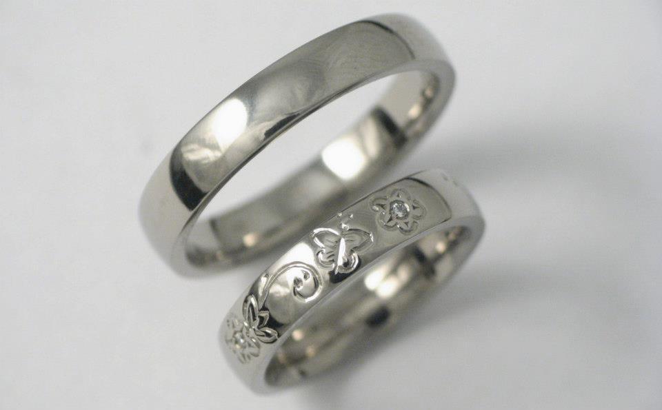 Vésett titán karikagyűrű gyémántokkal 087.