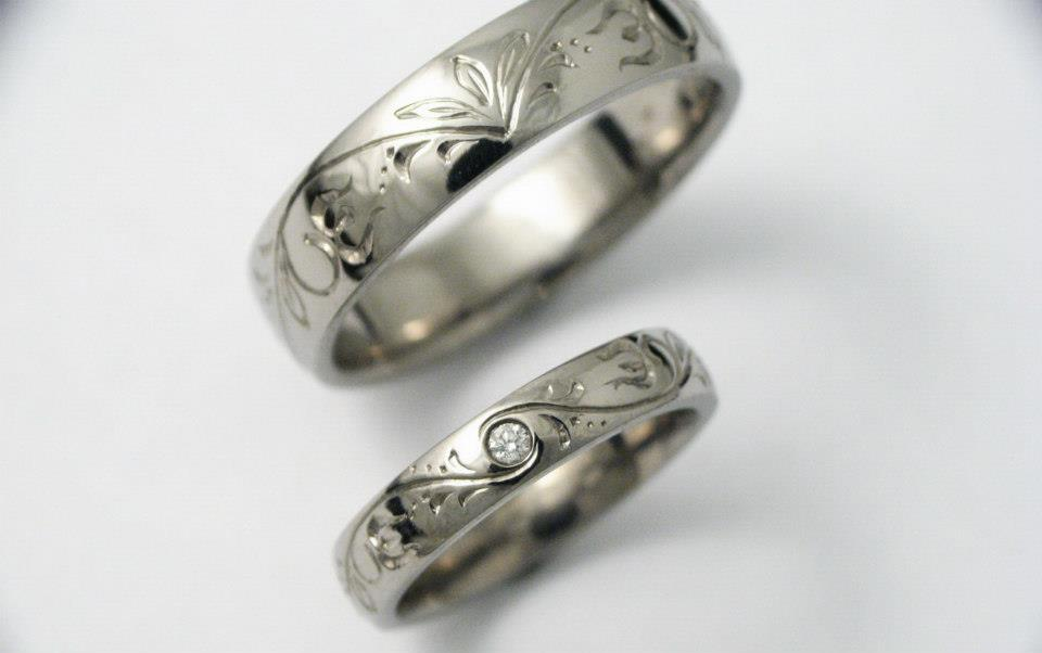 Vésett titán karikagyűrű gyémánttal 088.