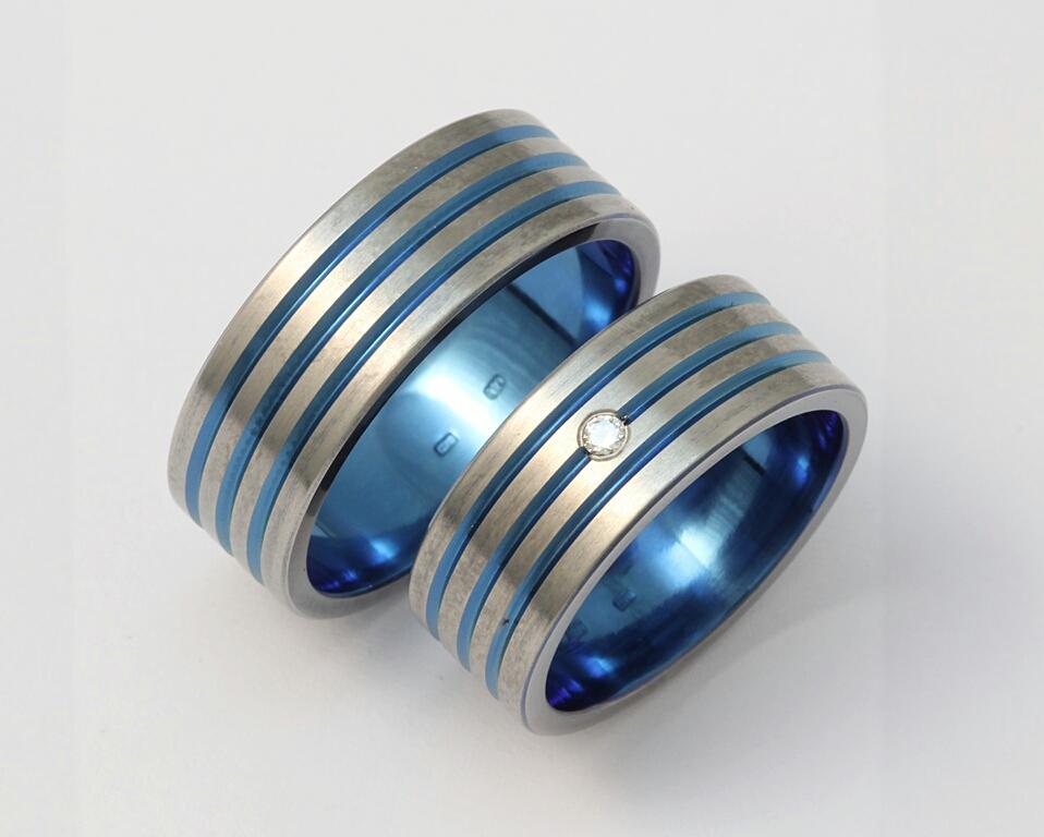 Színes (oxidált) titán karikagyűrű, gyémánttal 123.