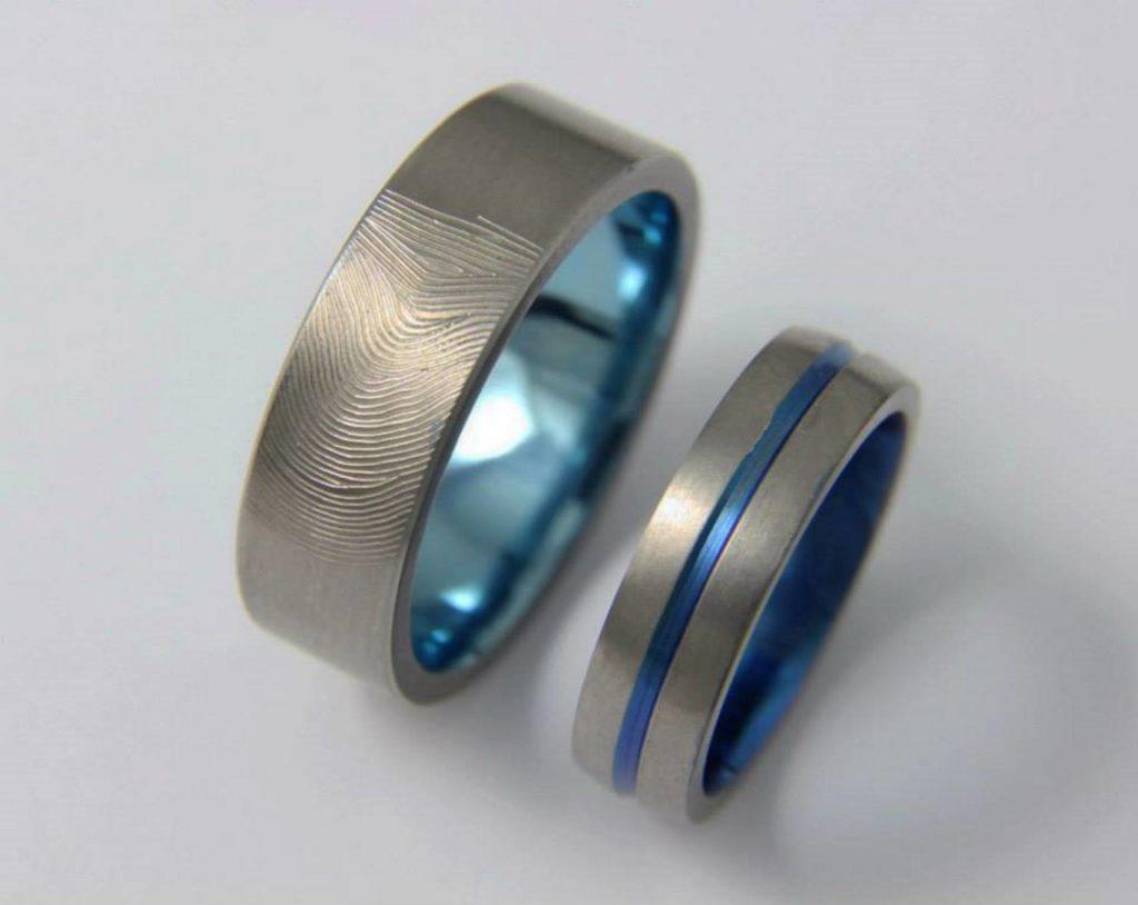 Ujjlenyomatos titán karikagyűrű, kékre oxidálva 004.