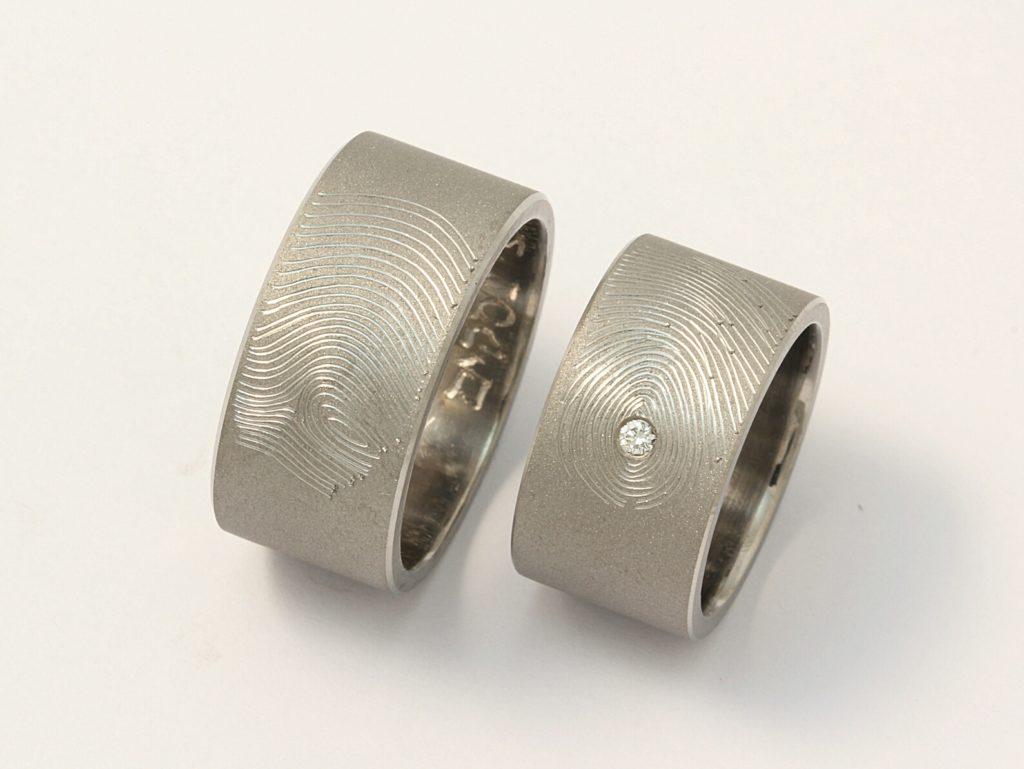 Ujjlenyomatos titán karikagyűrűk, gyémánttal 056.