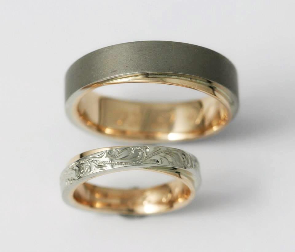 Vörös-, és fehérarany karikagyűrű, homokfújt és vésett mintával 038.