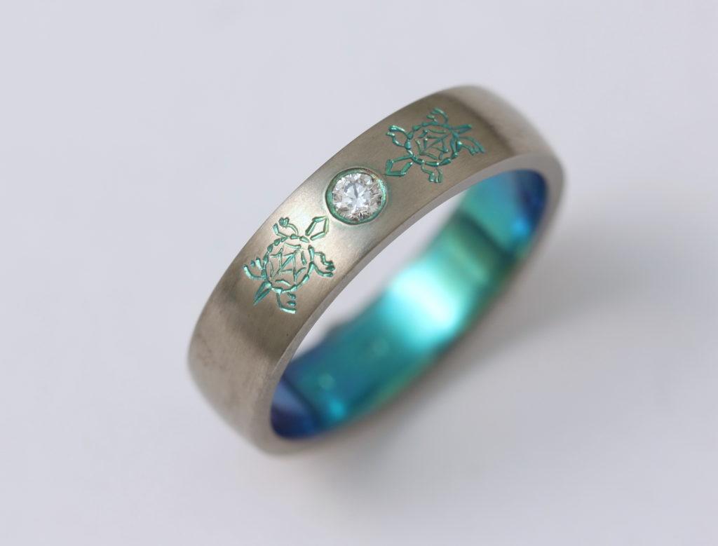 Színes (oxidált) titán gyűrű gyémánttal 155.