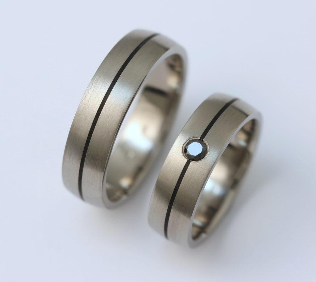Titán karikagyűrű fekete kerámiával és fekete gyémánttal 160.