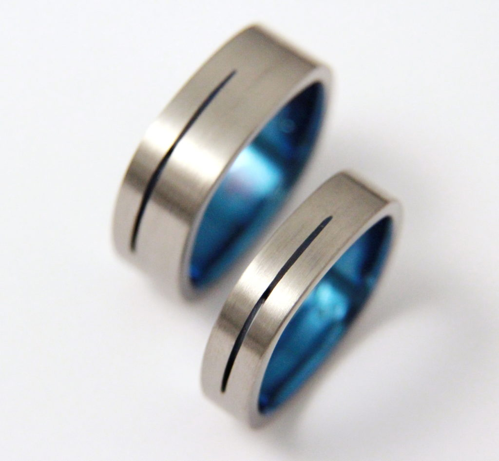 Titán karikagyűrű, belül kékre oxidálva 103.
