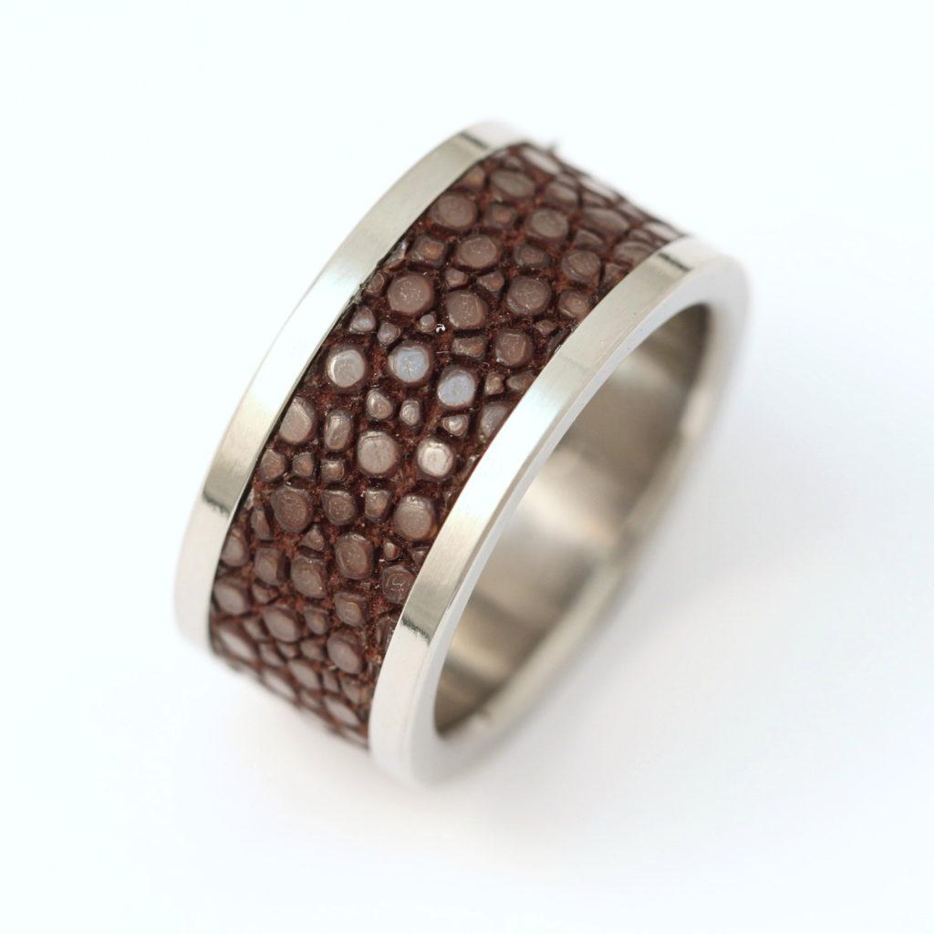 Titán gyűrű rájabőrrel díszítve 137.
