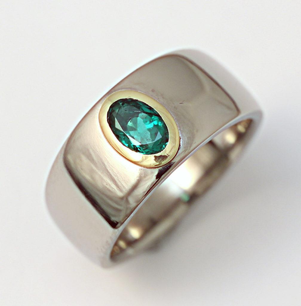 Titán gyűrű smaragd kővel, arany foglalatban 142.