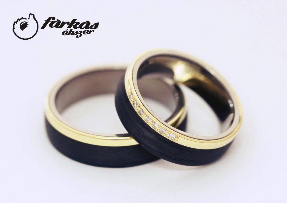 Fekete karbon-sárga arany-titán karikagyűrűk gyémántokkal 012.