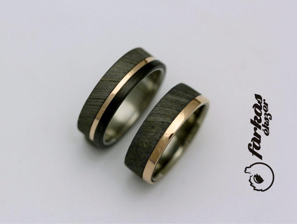 Damaszkuszi acél-fekete karbon-arany karikagyűrűk k045.