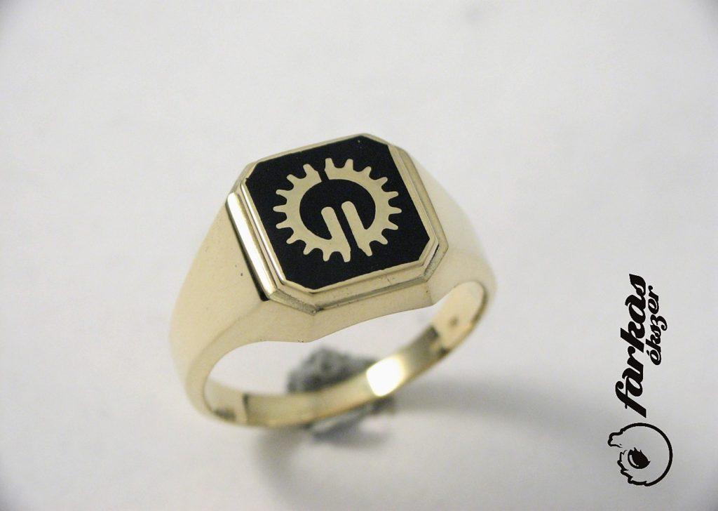 Arany pecsétgyűrű fekete kerámiával A0139.
