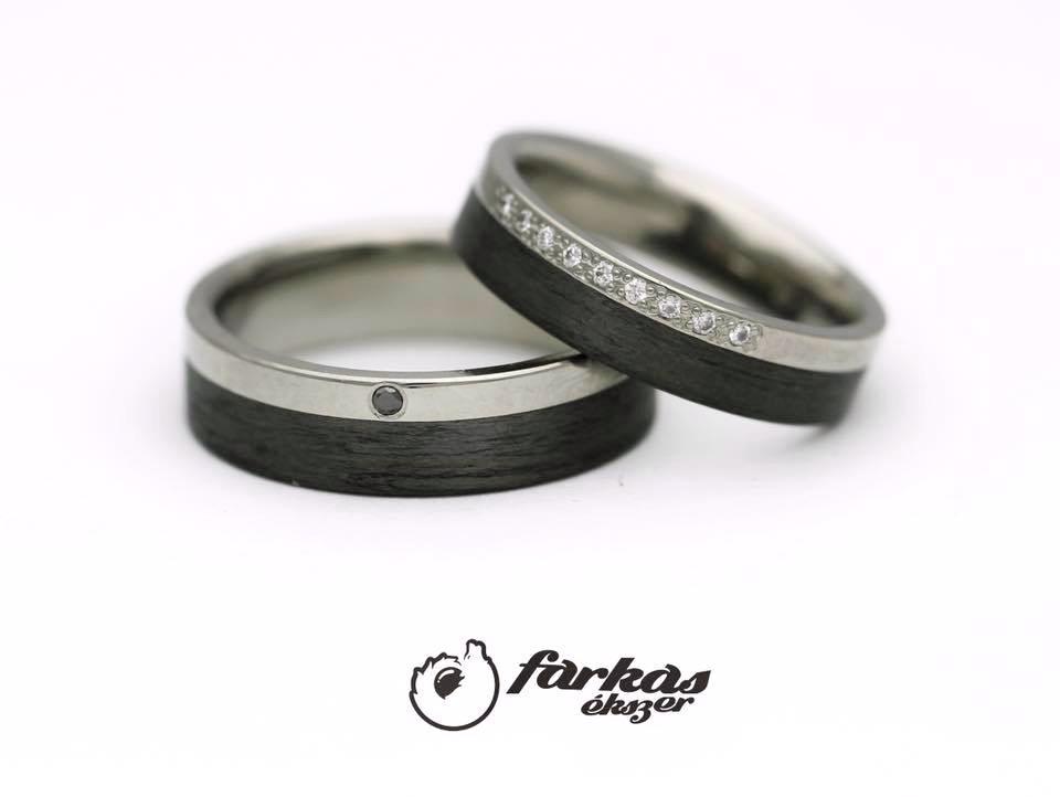 Fekete karbon-titán karikagyűrűk fekete és fehér gyémántokkal T303.