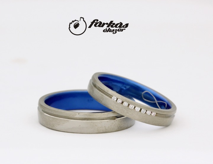 titán karikagyűrűk gyémántokkal, belül kék oxiddal T305.