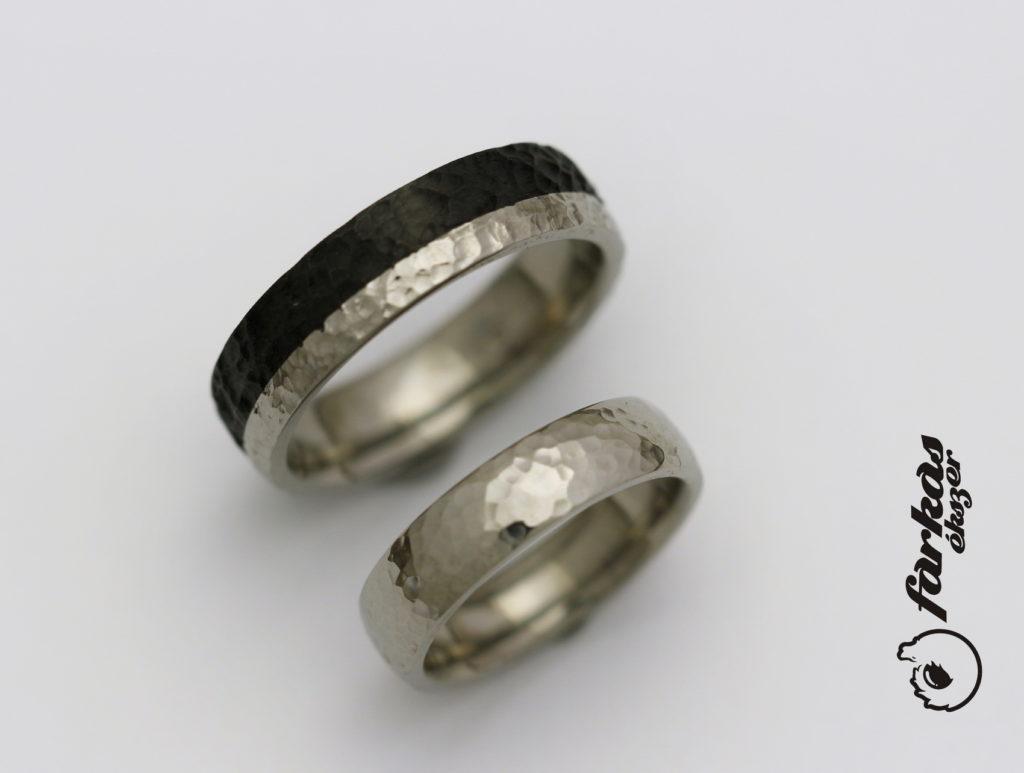 Fekete karbon - titán kalapált karikagyűrűk K053.