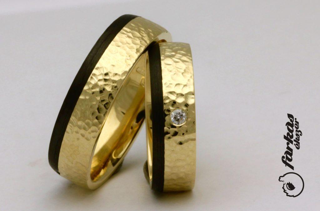 Kalapált felületű, sárga arany-karbon karikagyűrűk A151.