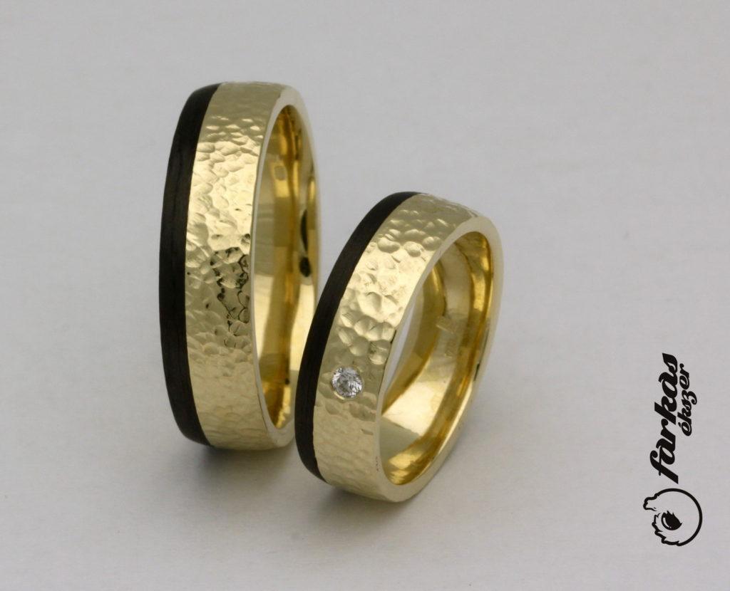 Kalapált felületű arany karikagyűrűk fekete karbonnal K063.