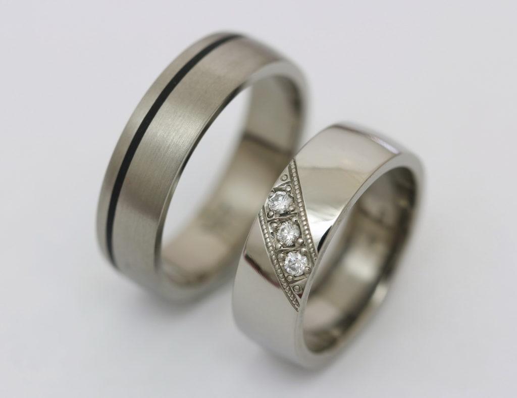 Titán karikagyűrű kerámiával és gyémántokkal T173.
